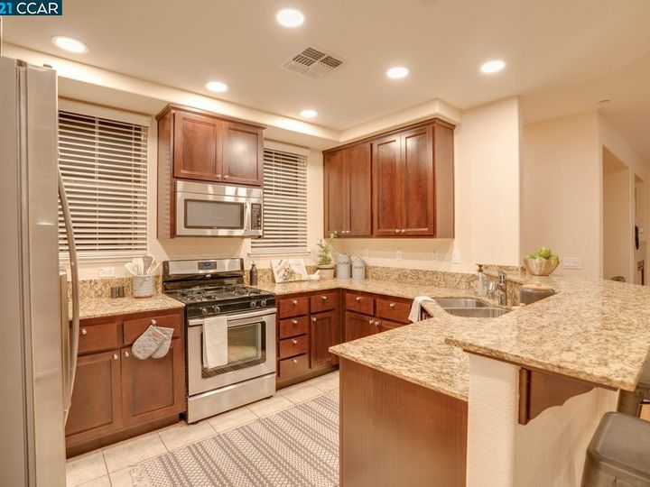 6290 Rocky Point Ct, Oakland, CA, 94605 Townhouse. Photo 8 of 30